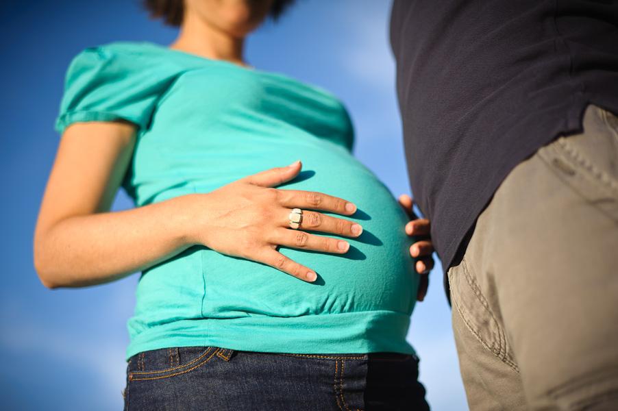 Gros plan du ventre d'une femme enceinte a côté de son homme