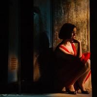 Portrait d'une jeune femme perdue dans ses pensées dans un sous-sol