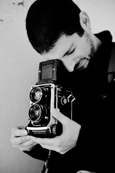 Portrait en noir et blanc d'un photographe utilisant un appareil moyen format mamiya