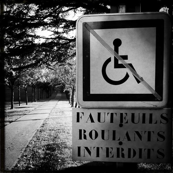 iphonographie avec hipstamatic - panneau devant une pente interdisant l'accès aux personnes en fauteuil roulant