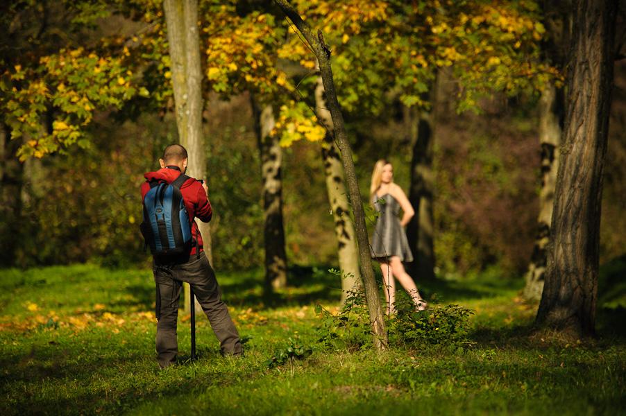 Backstage d'un photographe photographiant une jeune modèle dans les sous bois