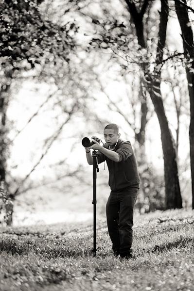 Backstage d'un photographe reglant son appareil pendant une prise de vue