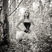 Portrait d'une jeune modèle blonde en corset et tutu