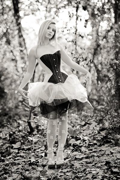 Portrait d'une jeune femme blonde en tutu et corset imitant une poupée