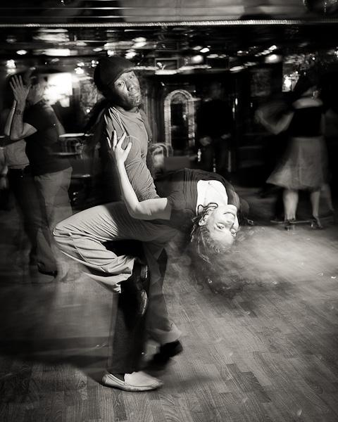 Un couple de danseur de salsa sur une piste de danse