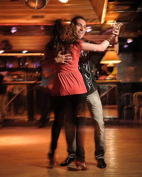 Un couple de danseur de batchata en position fermée