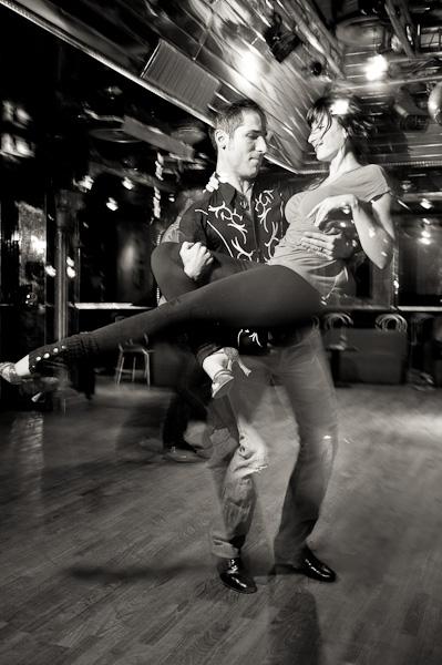 Un danseur de batchata effectuant un porté de sa partenaire
