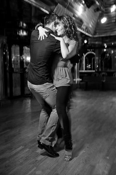 Un couple de danseur latinos en position fermée
