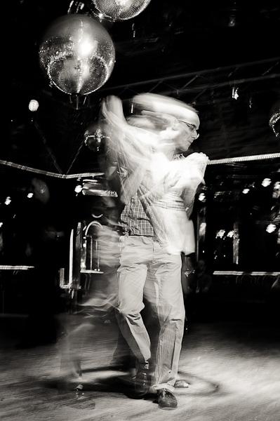 Couple de danseur de salsa dos à dos sur une piste de danse