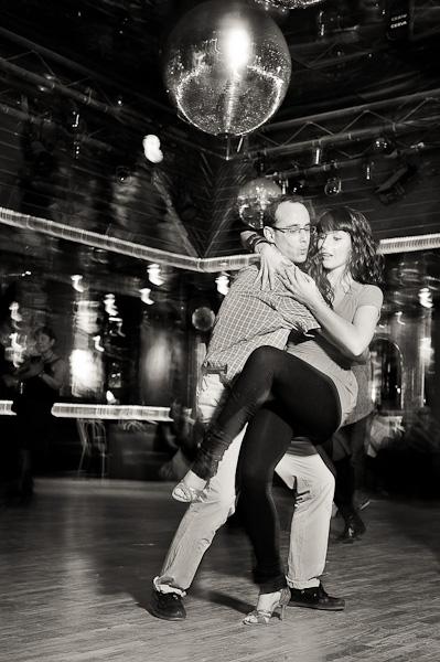 Un danseur de salsa effectue une batchoucada à sa partenaire sur la piste de danse