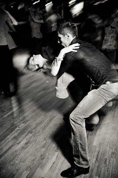 Couple de danseur de batchata parmi d'autres danseurs au milieu d'une piste de danse