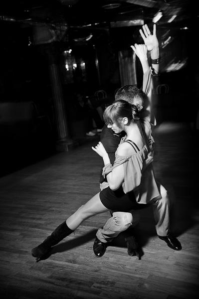 Couple de danseur de batchata effectuant un tombé