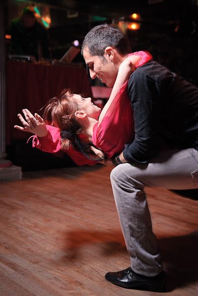 Un danseur de batchata effectuant une batchoucada à sa partenaire
