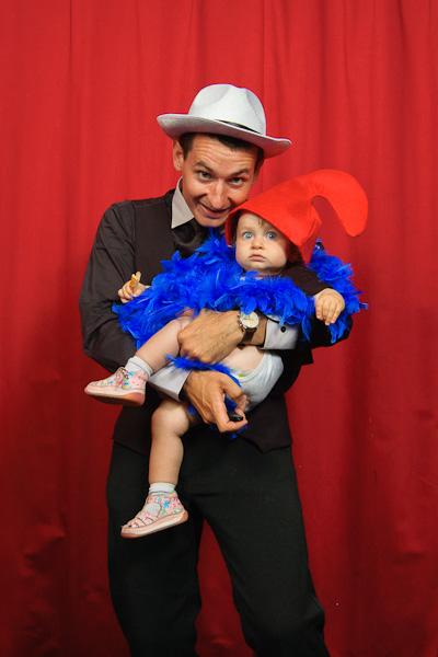 Portrait décalé d'un papa avec son fils déguisé en schtroumpf