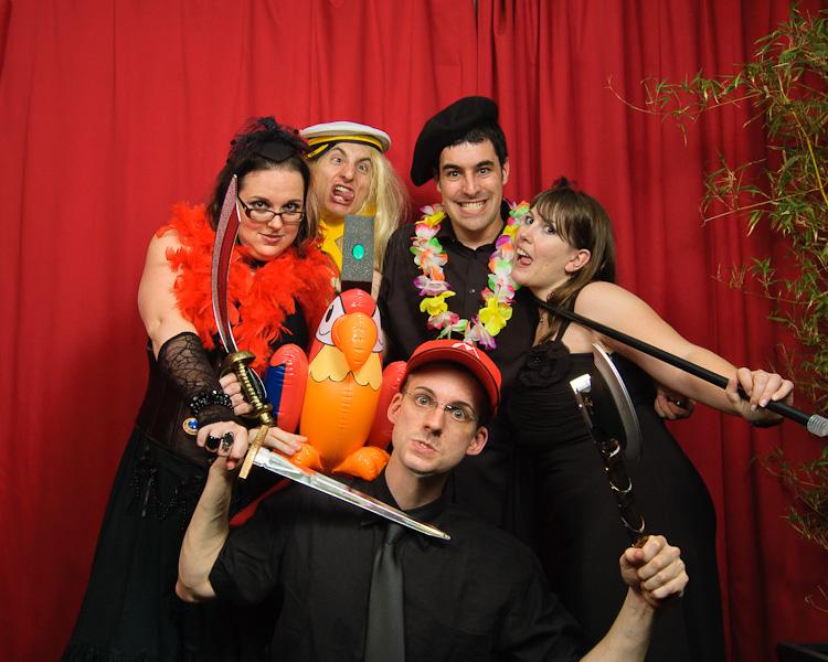 Portrait décalé  d'un groupe de personne déguisé pour un mini studio à un mariage