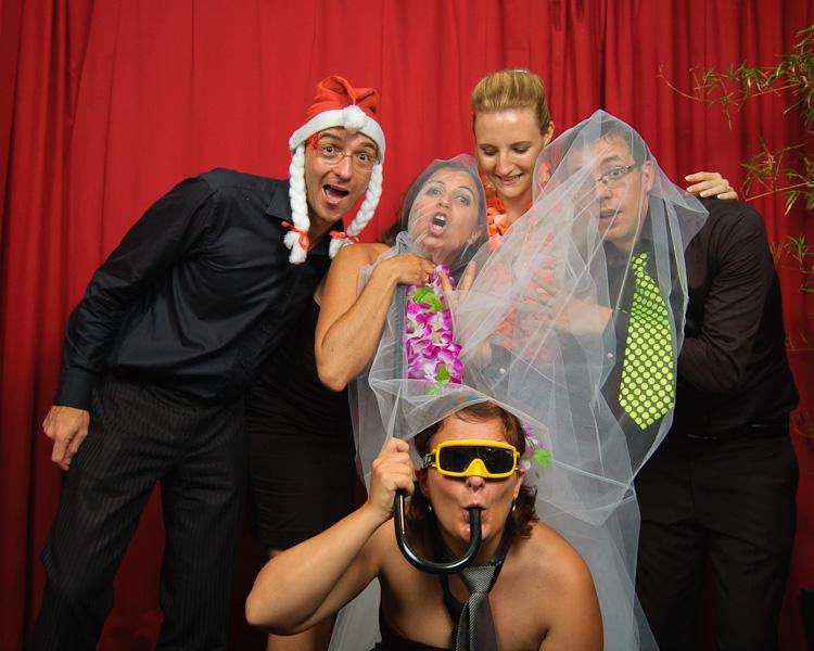 Portrait décalé de la mariée entouré d'un groupe d'ami déguisé sur un mini studio