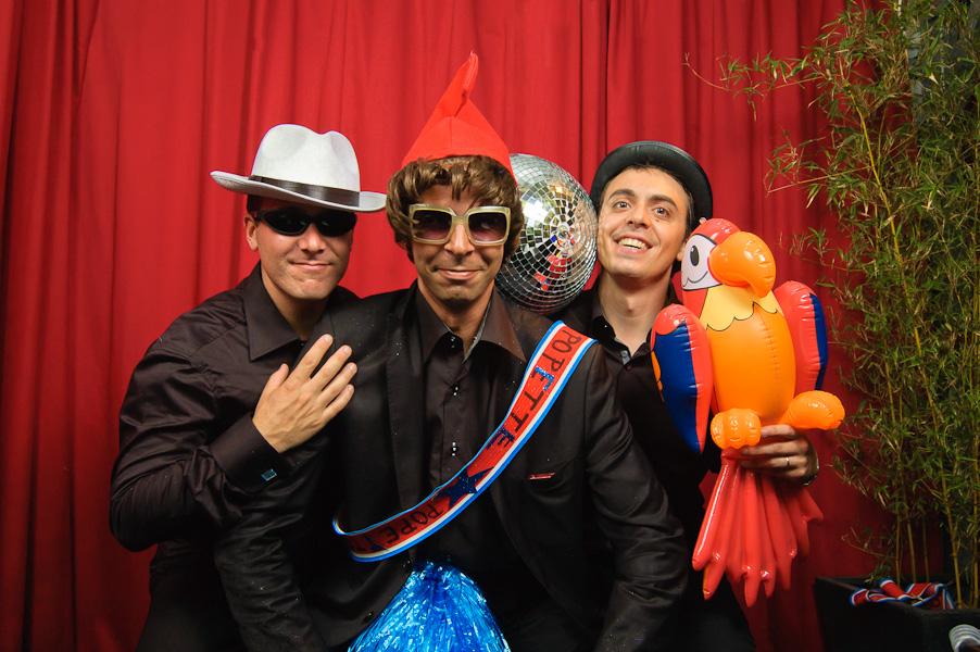 Photo de groupe de mariage décalée avec un perroquet gonflable