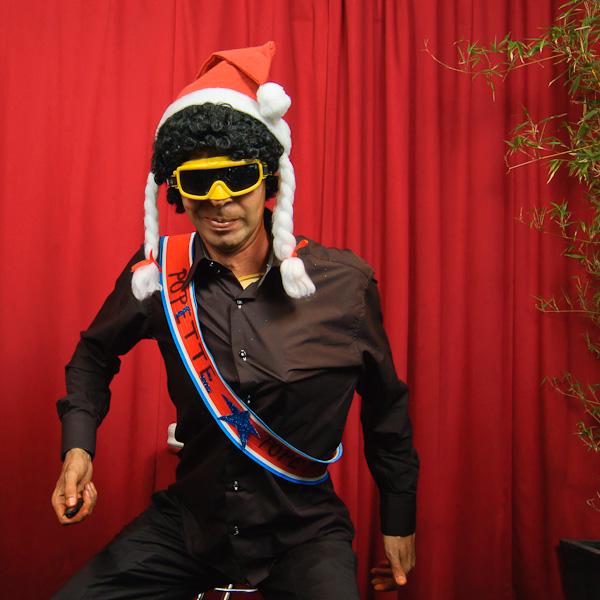 Portrait décalé d'un homme déguisé en miss père-noël au ski
