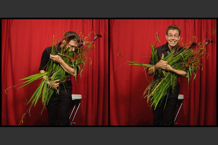 Diptyque d'un portrait décalé d'un jeune homme prenant dans ses bras un bouquet d'herbes et de fleurs