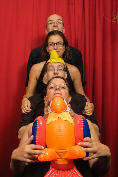 Portrait décalé d'un groupe de quatre personnes imitant les daltons avec un perroquet gonflable