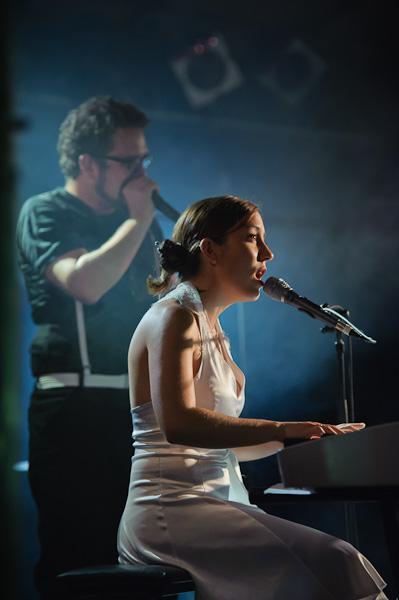 portrait de la chanteuse au piano avec au fond un homme faisant du beatboxing au micro
