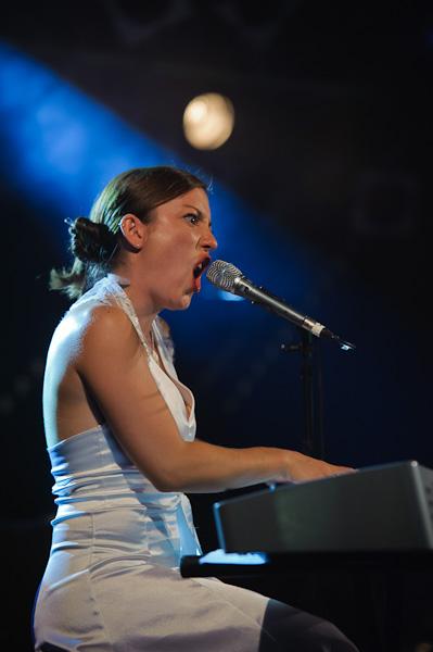 La chanteuse pianiste du groupe hurlant au micro