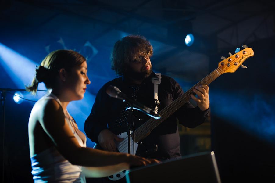 Portrait en duo de la pianiste chanteuse avec son bassiste