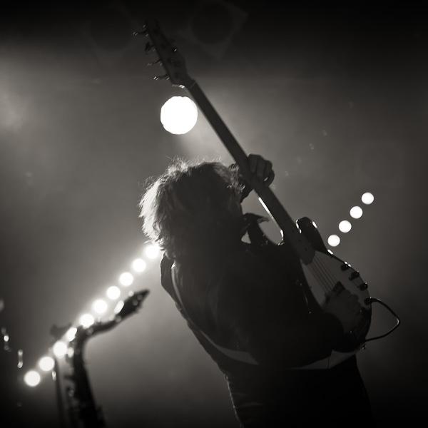 Portrait du bassiste en plein trip lors d'un solo