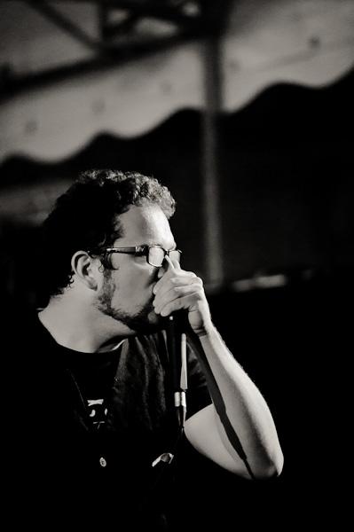 Portrait du batteur faisant du beatbox au micro