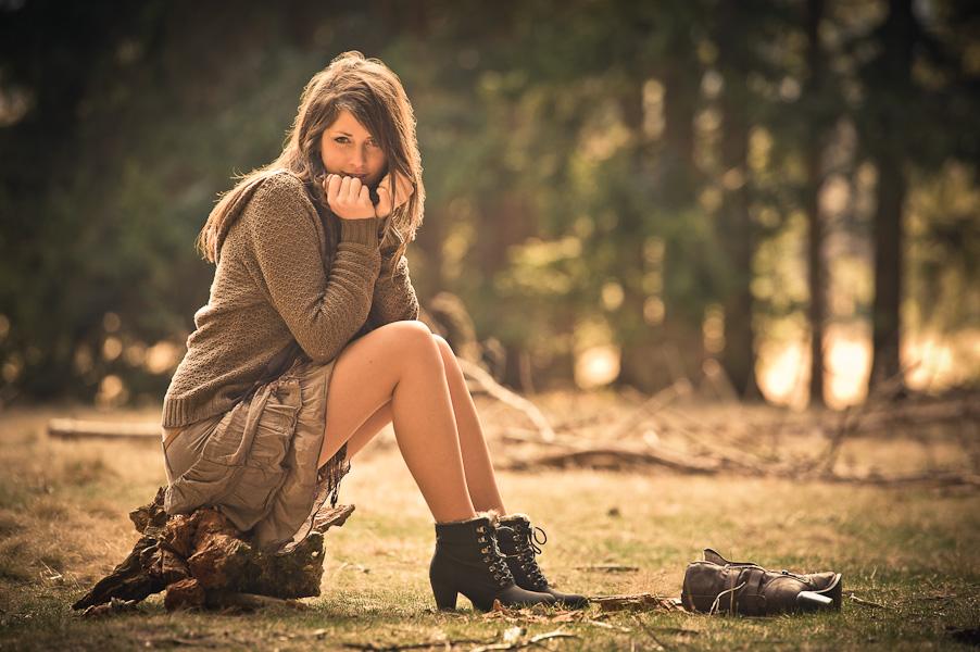 Portrait d'une jeune modèle assise dans une clairière