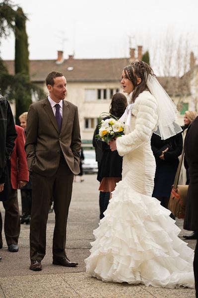 Portrait de la future mariée en robe discutant avec l'un de ces invités