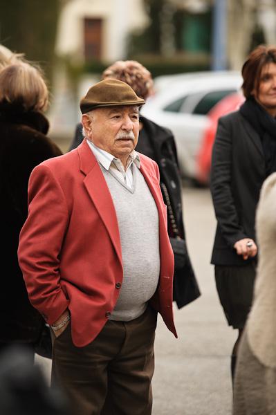 Portrait d'un invité portant une veste rouge et un beret