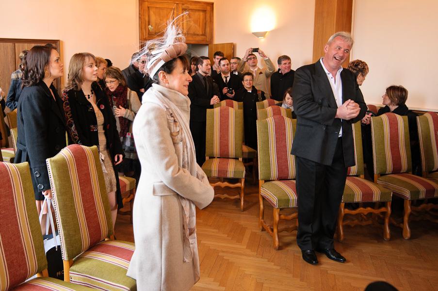 Portrait des invités rentrant dans la salle de la mairie