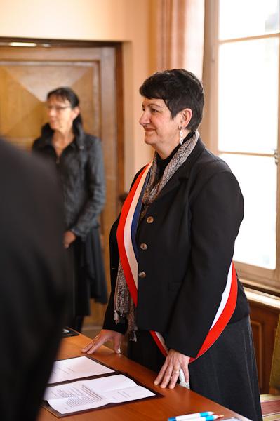 Portrait de madame le maire à son bureau dans la salle de l'hôtel de ville