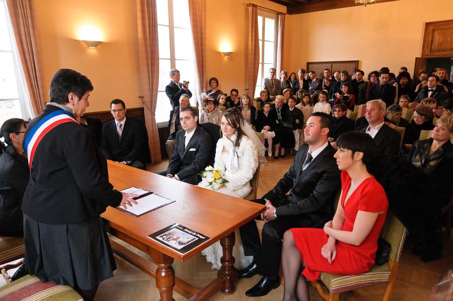 Vue d'ensemble de la salle de la mairie avec les mariés, madame le maire, les témoins et tous les invités