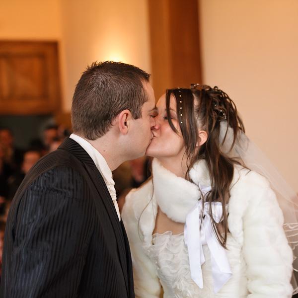 Portrait des deux mariés s'embrassant après avoir prononcé leurs voeux