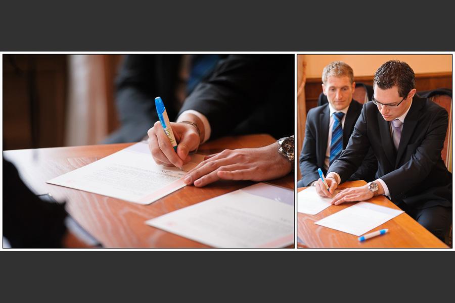 Diptyque des témoins du marié pendant la signature des documents de la mairie