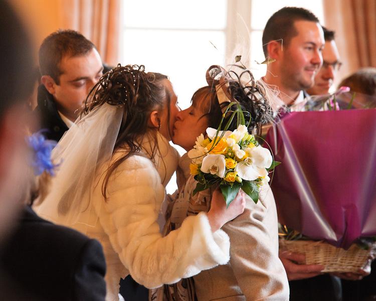 Portrait de la mariée félicité par sa maman émue à la fin de la cérémonie