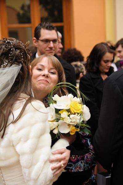 Portrait d'une invitée embrassant la mariée à la sortie de la mairie