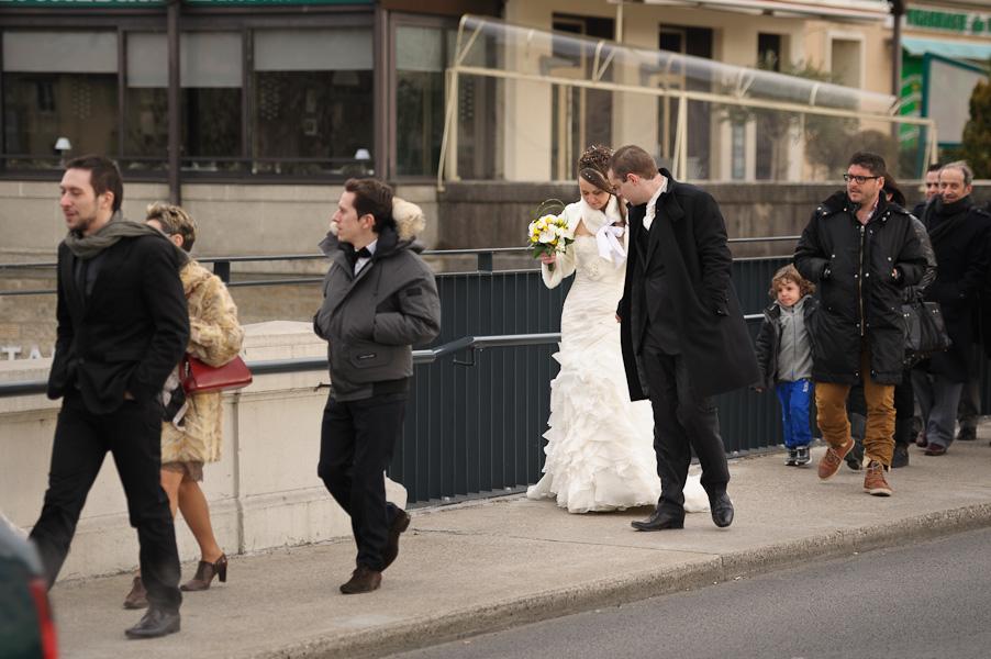 Portrait du couple de mariés pendant le cortège menant à l'église
