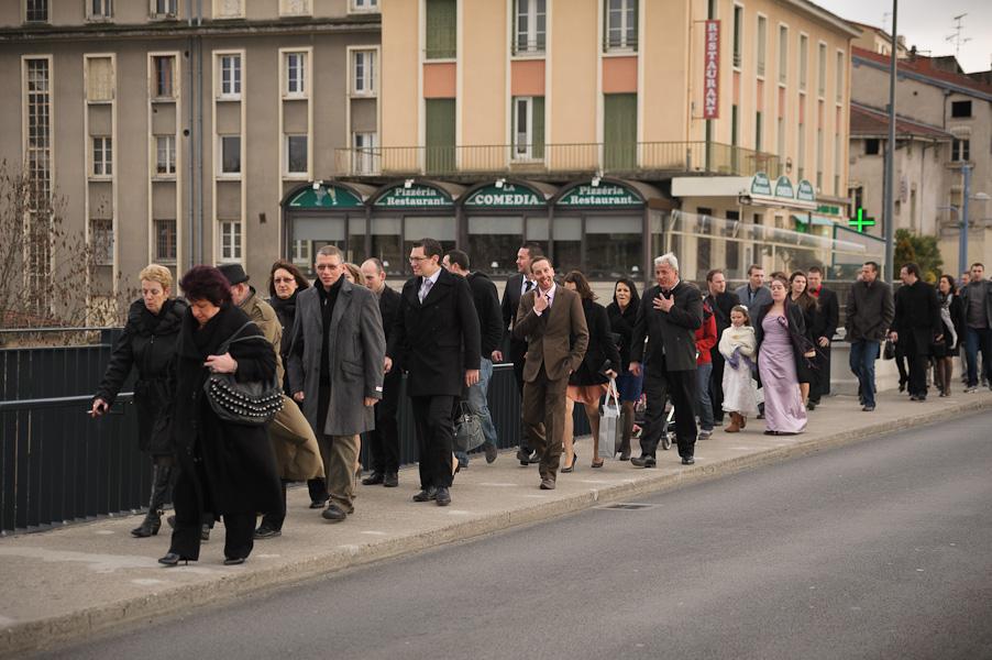 Le cortège du mariage se rendant à l'église à pied