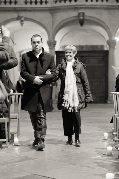 Portrait du marié accompagné de sa maman lors de l'entrée à l'église