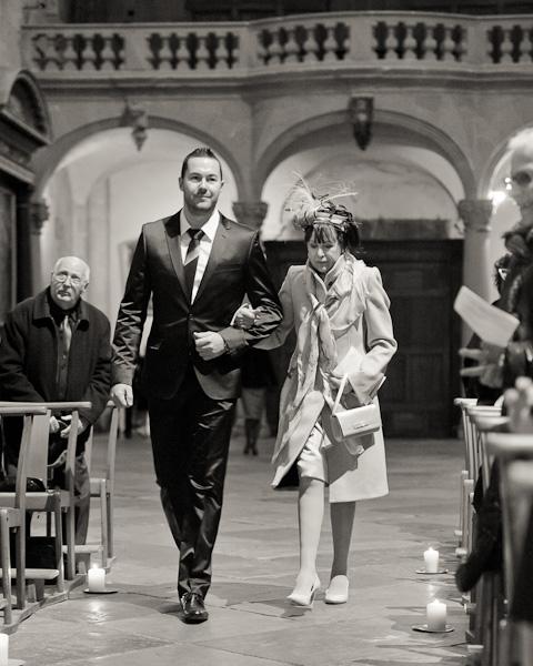 Portrait du témoin accompagné de la maman de la mariée lors de l'entrée à l'église