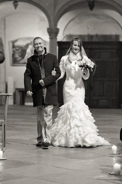 Portrait de la mariée accompagné de son papa entrant dans l'église