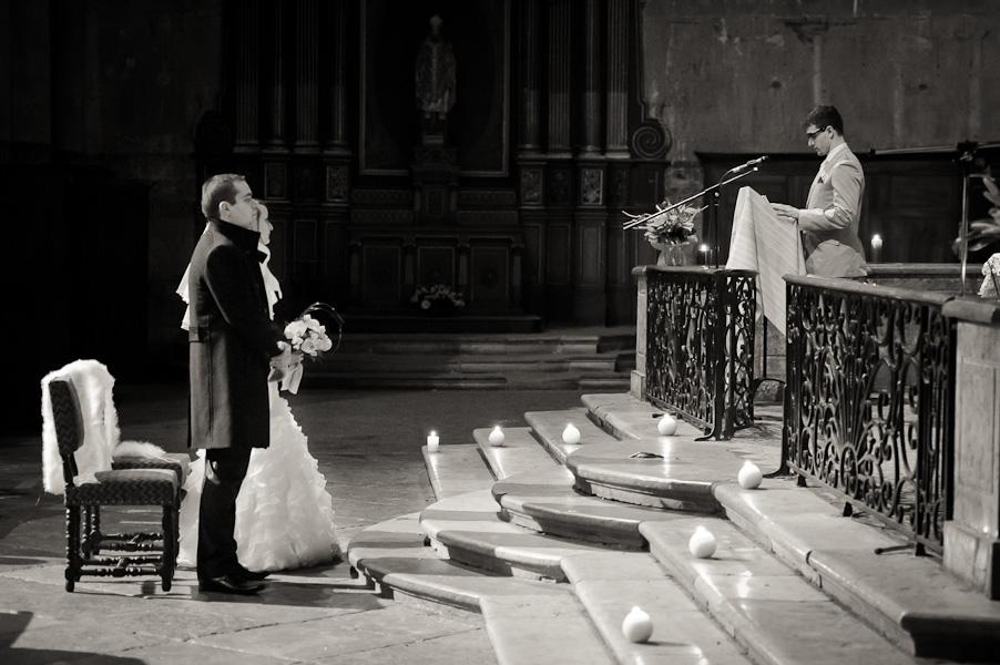 Portrait d'un invité prononçant un discours face au couple de mariés