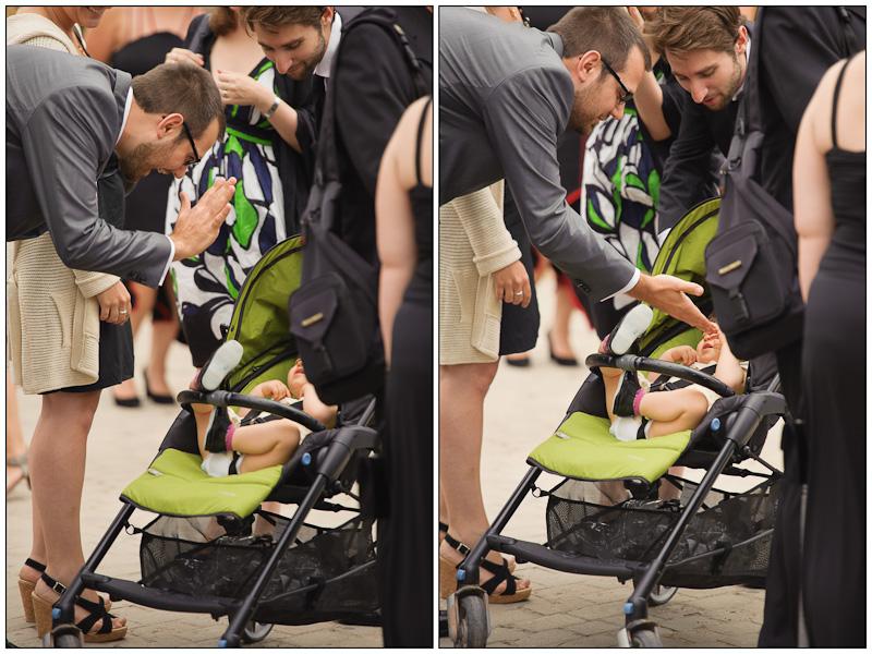 Portrait du marié faisant un tape m'en cinq avec un bébé dans une poussette