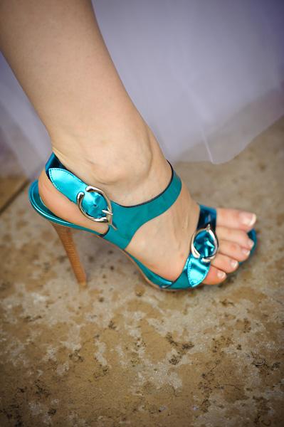 Gros plan des chaussures turquoise de la future mariée