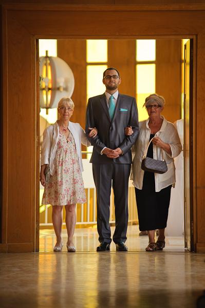 Portrait du futur marié accompagné devant le maire par ses proches