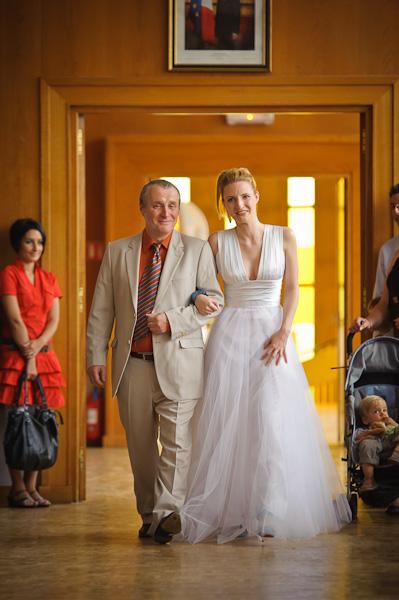 Portrait de la future mariée accompagnée devant le maire par son papa