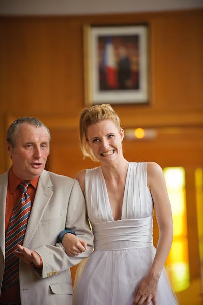 Portrait de la future mariée en plein trac rassurée par son papa qui l'accompagne